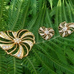Goldtone heart rhinestone earring brooch
